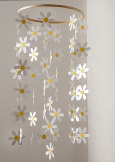 Daisies are very beautiful like that. Soft and delicate this mobile daisies for decoration of indoor or outdoor. Paper Flowers Diy, Diy Paper, Paper Crafts, Pink Christmas Decorations, School Decorations, Diy For Kids, Crafts For Kids, Easy Crafts, Diy And Crafts
