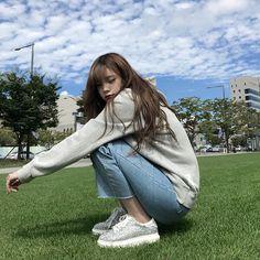 Imagem de girl, korean, and ulzzang Korean Photography, Girl Photography Poses, Ulzzang Korean Girl, Cute Korean Girl, Ullzang Girls, Cute Girls, Ulzzang Fashion, Korean Fashion, Korean Picture
