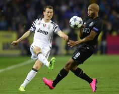 Juventus' Swiss defender Stephan Lichtsteiner (L) vies with Porto's Algerian forward Yacine Brahimi during the UEFA Champions League round of 16 second leg football match FC Porto vs Juventus at the Dragao stadium in Porto on February 22, 2017. / AFP / MIGUEL RIOPA
