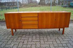 **60er Jahre Sideboard, Nussbaum**  Zum Verkauf steht ein schönes 60er Jahre Sideboard. Die Anrichte ist im Besitz von vier Schubladen, einem kleinen Fach auf der linken Seite mit Einlegeboden...