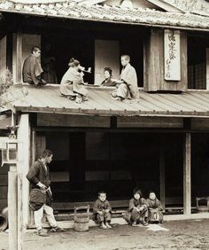 thekimonogallery:  This photo was taken ca.1905 by Herbert G. Ponting somewhere out in Japan's countryside. Granny is looking through an H.C. White stereoscope at 3-D views published in the USA by the same company. Ponting carried sample views and viewers around with him to show people the kind of photos he was taking, and to make friends while putting his subjects at ease. Original image, and text utilized, owned by Okinawa Soba of Flickr