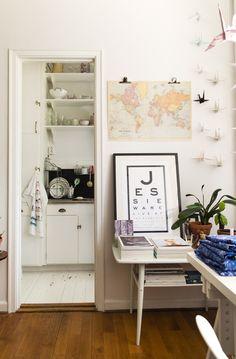 Estanterías para tener más espacio en la cocina.