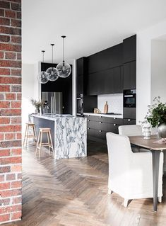 After a long reign at the top, white and grey kitchens are being overtaken in popularity by a moodier, darker alternative. Take a look at these chic black kitchens in contemporary Australian homes. Grey Kitchens, Cool Kitchens, Home Interior, Interior Design Kitchen, Interior Modern, Kitchen Layout, Kitchen Decor, Kitchen Modern, Open Kitchen