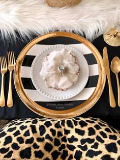 White and black stripes with gold also added animal print. Elegant and bold Black White Rooms, Black And White Colour, Black White Stripes, Animal Print Party, Black Color Combination, Black Decor, White Decor, Dining Decor, Dining Room