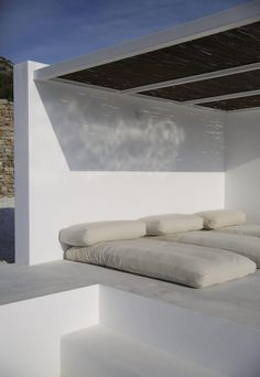 Located on the Greek island of Paros, studio Re-act Architects designed a modern retreat as a reinterpretation of Cycladic architecture. Inspired by the traditional cubic. Outdoor Lounge, Outdoor Spaces, Exterior Design, Interior And Exterior, Exterior Paint, Bamboo Roof, Casa Top, Lounge Areas, Home Design