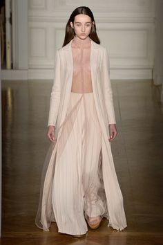 See all the Collection photos from Valentino Spring/Summer 2017 Couture now on British Vogue Fashion 2017, Couture Fashion, Love Fashion, Runway Fashion, High Fashion, Fashion Show, Fashion Design, Fashion Trends, Fashion Pics