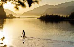 Stand-up Paddling ist eine großartige Art, mit Wassersport fit zu bleiben und die Natur zu erleben.Wir geben Tipps für Anfänger und Tourenfahrer in spe.