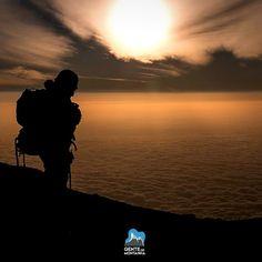 Nosso guia @MaximoKausch e o mar de nuvens visto do alto do Kilimanjaro. Momento perfeito capturado por @gtarso_ durante a filmagem dos capítulos do programa #7CUMESnoOff projeto do parceiro @GZILLER.  Expedição Solidária ao Kilimanjaro  12 dias  Data - 06/06/2016 a 17/06/2016 Vai encontrar visuais incríveis equipe e logística animada e preparada para lhe atender e um encontro incrível com as crianças no Kilimanjaro Orphanage Centre e Kilimanjaro Children Foundation. Informações…
