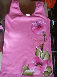 T shirts deco Fabric Painting On Clothes, Fabric Paint Shirt, Paint Shirts, Dress Painting, T Shirt Painting, Painted Clothes, Silk Painting, Fabric Art, Saree Painting Designs