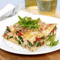 salmon recipes in foil Garlic Salmon, Baked Salmon, Salmon Skillet, Healthy Drinks, Healthy Recipes, Cream Sauce Pasta, Simple Green Salad, Salmon Seasoning, Salmon Pasta