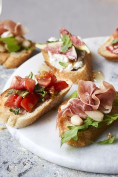 tomato bruschetta with capers and fresh basil Easy Canapes, Canapes Recipes, Appetizer Recipes, Appetizers, Christmas Canapes, Christmas Recipes, Bruchetta Recipe, Quick Snacks, Clean Eating Snacks
