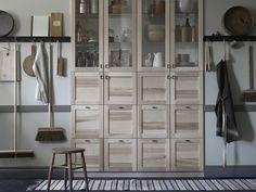 Οι γυάλινες πόρτες της σειράς TORHAMN σας επιτρέπουν να διακοσμήσετε τα σκεύη και τα εργαλεία της κουζίνας σας αναδυ κνείοντας τα και παράλληλα να εχετε εύκολη πρόσβαση σε αυτά. Τα χερούλια BORGHAMN ταιριάζουν με το στιλ και εκφράζουν την παραδοσιακη κατασκευή.