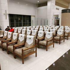 Los #asientos de la #nuevaterminal de #cochi son más bien #butacas #comodísimas un poco #vintage ... Si esto es #turista como será el #lounge de #business ... #sit #terminal #cochin #kochi #kerala #india #sofa #saladeespera #aeropuerto #airport