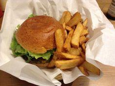 Le burger végétarien de chez Holy Cow à Lille C'est Bon, Holi, Veggies, Ethnic Recipes, Vegetarian Burger Patties, Vegetarian Dish, Vegetable Recipes, Vegetables, Holi Celebration