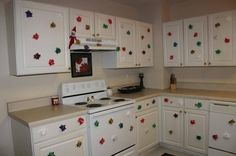 This would be so fun for Avi to wake up and see.-Nat Elf on shelf decorates kitchen with sticky bows. This would be so fun for Avi to wake up and see.-Nat Elf on shelf decorates kitchen with sticky bows. Christmas Elf, All Things Christmas, Christmas Ideas, Christmas Kitchen, Christmas Crafts, Christmas Activities, Kindergarten Christmas, Christmas Carol, L Elf