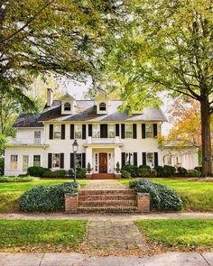 Inspiring homes and facades - Part 1 Inspiring homes - Reminds us of the house from Father of the Bride! Traditional white historic colonial style home with dormers, black shutters, brick walkway. Colonial House Exteriors, Colonial Exterior, Colonial Style Homes, Dream House Exterior, Exterior Design, Colonial House Plans, Cafe Exterior, Colonial Cottage, Exterior Houses