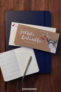 Geschäftliche Weihnachtskarten aus Kraftpapier mit lustigen Rentier. Die Weihnachtszeit bietet die Gelegenheit, die Verbindung zu deinen Kunden und Geschäftspartnern weiter zu stärken. Mit geschäftlichen Weihnachtsgrüßen verleihst du deiner Wertschätzung Ausdruck und wünschst frohe Weihnachten. Cover, Books, Company Christmas Party Ideas, Christmas Is Coming, Kraft Paper, Reindeer, Father's Day, Libros, Book