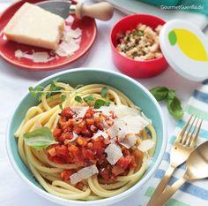 Das mögen alle! Ein leckeres Rezept für ein Familien-Essen mit viel Gemüse: Makkaroni mit Linsen-Bolognese.