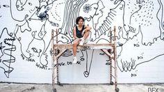 El trabajo de Shantell Martin, artista visual británica, destaca por la versatilidad en su obra. Su universo es flexible, multi-dimensional: una constelación de pequeñas observaciones que van de un medio a otro. Conocida por su producción original en la que proyecta sus diseños en los cuerpos de las personas, Shantell nunca abandonó su trabajo como …