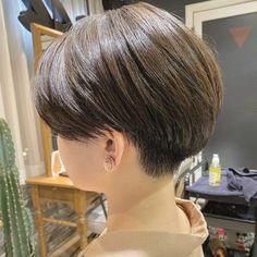 ユタカ ミヤザキはInstagramを利用しています:「リアルサロンワーク 人気の刈り上げハンサムショートに😊 めっちゃお洒落になりました🤩 普通のショートに飽きた人、思いっきりイメチェンしたい人は僕に任せて🙋♂️🙏 どんなショートでも対応出来ます😇 撮影だけでなくモデルさん全員、カットさせて頂いています🙇♂️…」 Short Hair Cuts, Short Hair Styles, Cool Haircuts, Shaving, Pixie, Elegant, Color, Instagram, Bobs