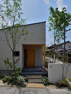 【平屋の雑木の庭】かけがえのない家族。笑顔のあふれる使い勝手のいい住まいについて|LIMIA (リミア) Japanese Style House, Japanese Modern, Humble House, Garden Design, House Design, Garden Entrance, Small Modern Home, Love Garden, Garden Trees