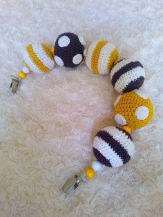 lastenvaunujen vaunulelu syntyi palloista. Ohje virkattuun palloon. Helmi 5 cm. Vaunut lelu vauva tuliainen lahja muistaminen ristiäislahja puuhelmi virkkaus ohje virkattu lapset Crochet Toys, Crochet Baby, Knit Crochet, Crafts To Do, Arts And Crafts, Crochet Accessories, Knitted Blankets, Diy For Kids, Handicraft