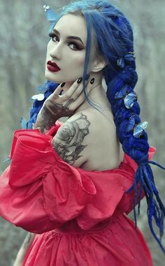Normally blue hair doesn't go with a dress color like this but for some reason this works. Goth Beauty, Dark Beauty, Steampunk, Cosplay, Gothic Images, Gothic Models, Cybergoth, Gothic Dress, Alternative Girls