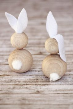 Simple Easter decoration: ideas for wooden ball Easter bunnies. The rabbits made of wooden balls are a simple craft idea for Easter. The Easter bunnies made of wooden balls consist of only three mater Kids Crafts, Bunny Crafts, Easter Crafts, Diy And Crafts, Easter Ideas, Modern Crafts, Easter Gift, Easter Bunny, Easter Eggs