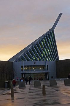 The design of the building is inspired by the raising of the flag in Iwo Jima WW2