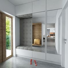 欲しーーい!要素が全部ある玄関。{pics via}1.全身鏡2.屋内からも天気が分かるデザイン窓3.チェアソファ何気に全身鏡からリビングの様子もみえるのも+…