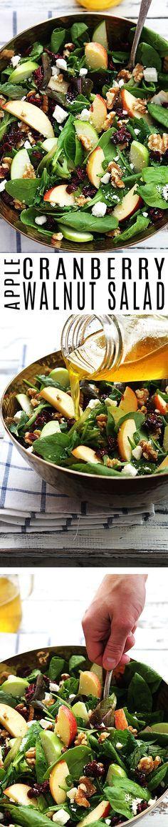 6 tazas de ensalada (una combinación de rúcula, espinaca, canónigos...) 1 manzana roja 1 manzana verde 1 taza de nueces picadas, más o menos ⅓ taza de queso feta desmenuzado ⅓ taza de arándanos secos Aliño: Jugo de manzana 1 taza 4 cucharadas de vinagre de sidra de manzana (o vinagre blanco en un apuro) 2 cucharadas de miel escasa ½ cucharadita de sal ¼ de cucharadita de pimienta negra ¼ de taza de aceite