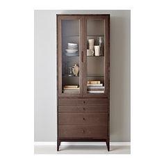 IKEA - REGISSÖR, Vitriinikaappi, 4 laatikkoa, , Puu on luonnonmateriaali, jonka elävä syykuviointi, väri ja tekstuuri tekevät jokaisesta kalusteesta yksilöllisen.Poppeliviilun elävä pinta korostaa puun tuntua ja tekee jokaisesta kalusteesta yksilöllisen.Kauniisti viimeistellyt yksityiskohdat antavat kalusteelle ilmettä.Poppeli on nopeakasvuinen ja uusiutuva materiaali.Siirrettävien hyllylevyjen ansiosta hyllyvälejä on helppo säätää tarpeen mukaan.Säädettävien jalkojen ansiosta seisoo…
