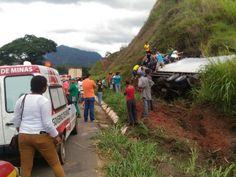 Ocupantes de caminhão ficam presos às ferragens após acidente na BR-116, no Leste de Minas
