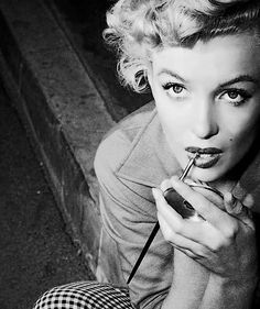 Marilyn Monroe putting on Make Up