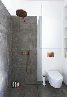 med tre funktioner samlet i ét rum Scandinavian minimalist bathroom with copper fixtures. Photo: Andreas Mikkel HansenScandinavian minimalist bathroom with copper fixtures.