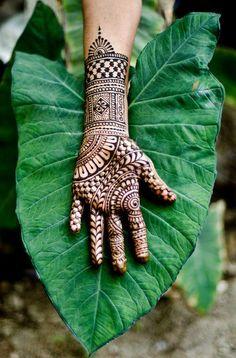 "Tatouage au henné .................. #GlobeTripper® | https://www.globe-tripper.com | ""Home-made Hospitality"""