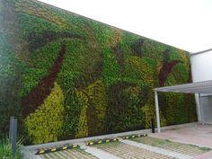 muro verde en un estacionamiento