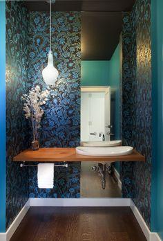 Piso de madeira, papel de parede e uma luminária pendente deram charme ao ambiente revestido com papel de parede.