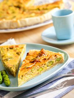 Torta di asparagi e prosciutto cotto ha un sapore decisamente primaverile per deliziare, in poco tempo anche i palati più esigenti.