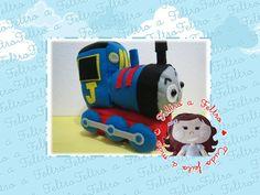 Personagem Thomas do desenho do Discovery Kids todo em feltro e com enchimento sintético. Totalmente personalizável com a idade e inicial do seu filho. <br>Ideal para presentear ou decorar festas com o tema ou mesmo o quarto da criança. <br> <br>--------------------------------------------- <br>Produto artesanal, pode sofrer pequena variação <br>---------------------------------------------
