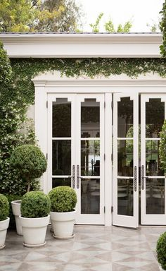 May 2013 Issue - Boxwoods in white planters in Kelly Wearstler's courtyard LOVE the doors Outdoor Rooms, Outdoor Living, Outdoor Decor, Outdoor Tiles, Outdoor Planters, Outdoor Patios, Outdoor Kitchens, Indoor Outdoor, Interior Exterior