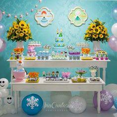 Festa infantil com tema Frozen Fever linda e delicada por @bisquatro ❄️ #kikidsparty