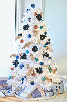 Dreamy white Christmas tree - click through for the full tour and all sources!