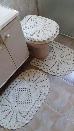 Jogo de croche para banheiro com 3 peças feito em barbante fio 8 muito durador:   Tapete para pia medindo aproximadamente 48cm x 75 cm.  Tapete para o vaso medindo aproximadamente 53cm x 47 cm.  Tampa do vaso sanitário medindo aproximadamente 55cm x 40 cm.    Obs: Os tons de cores podem ter peque...: