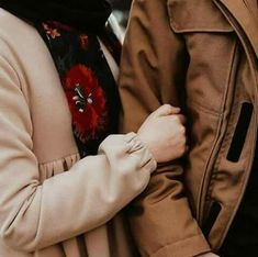 After halal babe. Couple Musulman, Couple Hands, Cute Love Couple, Photo Couple, Best Couple, Cute Muslim Couples, Cute Couples Goals, Couples In Love, Muslim Couple Photography