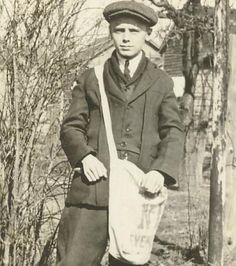 news boy hat」の画像検索結果 Titanic, Old Photos, Vintage Photos, Costume Party Themes, Newspaper Delivery, Newspaper Bags, Newsboy Cap, Youth Culture, The Good Old Days