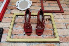 The Day Shoe . Modelo Tamara da linha Pret-a-Porter na versão camurça Vermelha. Sapato de noiva do jeitinho que você sonha... #sapataodenoiva #sapatosobmedida #feitoamao #thedayshoe #sapato #saltoalto #shoe #shoes #wedding