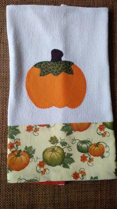 Pano de prato de saco alvejado, com barrado em tecido de algodão estampado e aplicação bordada.