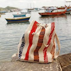 Bolsa Saco Búzios Listras Grossas :: a bolsa saco (bucket bag) feita no tear traz uma pegada retrô e um ar despojado ao seu look.