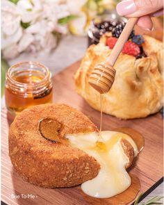 Por aqui temos mil maneiras de servir o nosso tão amado queijo Brie! Qual a sua preferida? Na foto Brie empanado com mel TRUFADO difícil vai ser resistir e não querer pedir mais um! Peça o seu pelo link na bio! #brietome #brieempanado #queijobrie #briecheese #grazingfood #tabuadefrios Grazing Food, Cereal, Dairy, Cheese, Breakfast, Link, Brie, Charcuterie Board, Honey